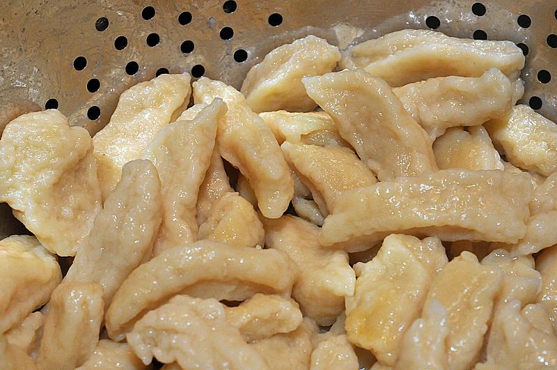 Kopytka z sosem z białej fasoli i kurczaka