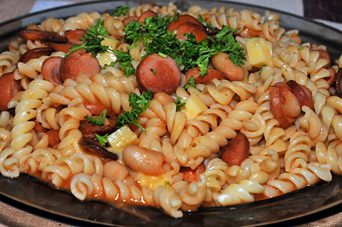 Makaron z parówką i fasolką w sosie pomidorowym