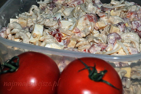 salatka-z-makaronem-i-pomidorami