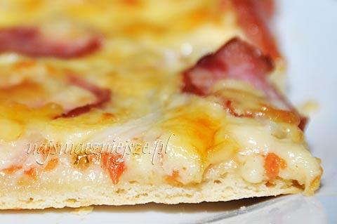 Pizza serowa z kiełbasą
