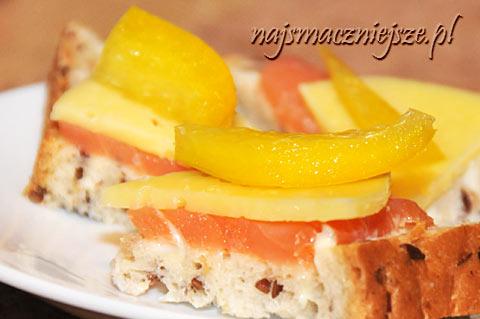 Mini kanapki z łososiem, serem i żółtą papryką
