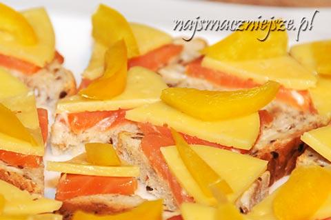 Mini kanapki z łososiem, serem i papryką