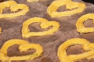 Formowanie ciasteczek na blaszce