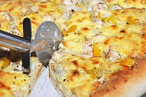 Pizza z kurczakiem i śmietaną