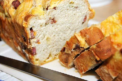 Chleb z serem i kabanosem