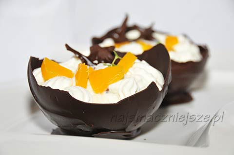 Deser w czekoladowych pucharkach