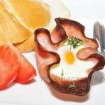 Jajka w miseczkach z szynki