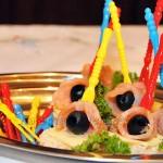 Koreczki z łososiem i oliwkami