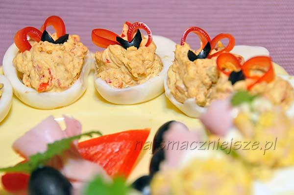 Jajka faszerowane czerwoną papryką