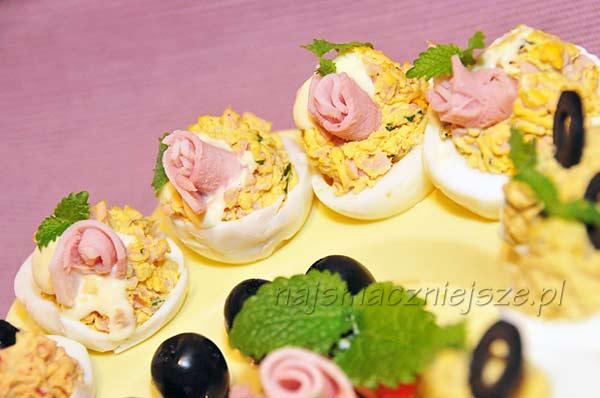 Jajka faszerowane z szynką, oliwką i papryką