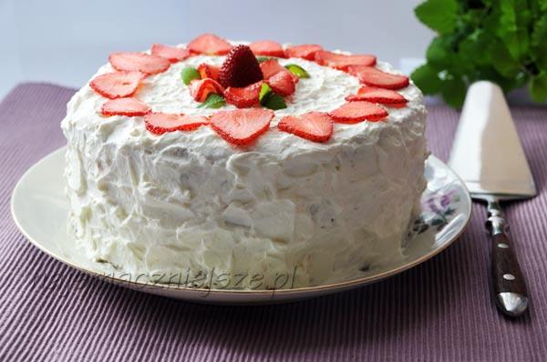 Tort śmietankowy z truskawkami