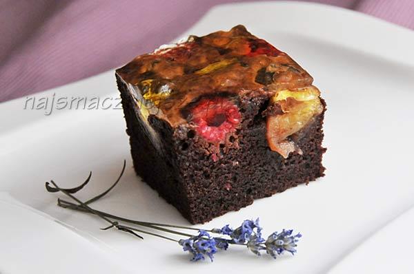Ciasto czekoladowe z malinami i mango