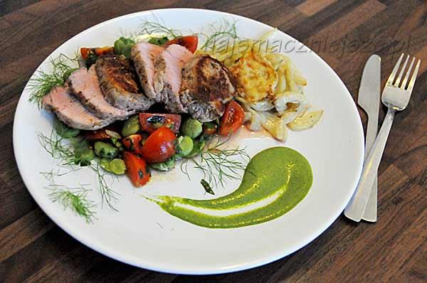 Polędwiczki glazurowane z sałatką z bobu, zapiekanym fenkułem i zielonym sosem