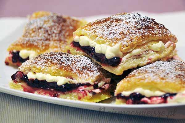 Ciastka francuskie z owocami leśnymi