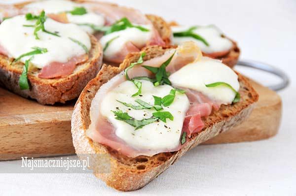 Grillowana kanapka z mozzarellą i prosciutto