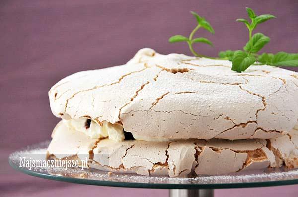 Tort bezowy z porzeczką i kremem waniliowym