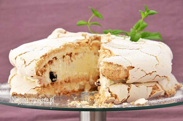 Tort bezowy z czarną porzeczką