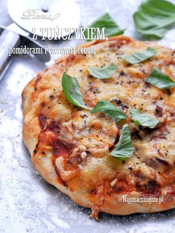 Pizza z tuńczykiem, pomidorami i czerwoną cebulą