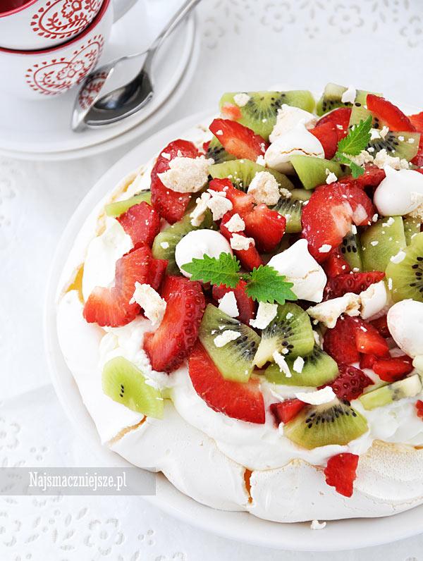 Pavlova z delikatnym kremem i owocami