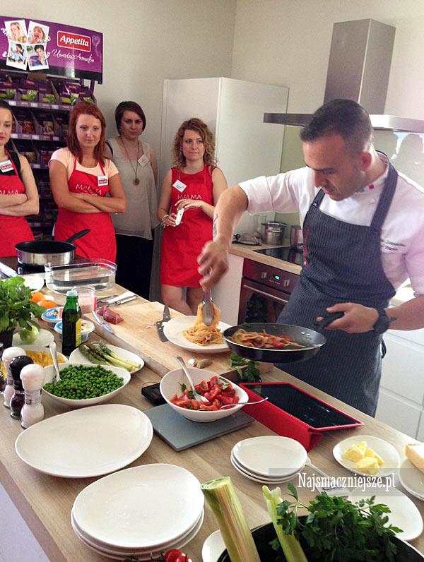 Przygotowanie makaronu z pomidorami