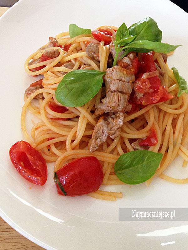 Spaghetti z pomidorami i cieleciną
