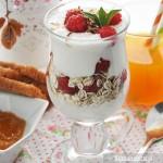 Jogurt z płatkami i owocami