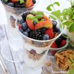Jogurt z płatkami pszennymi i owocami