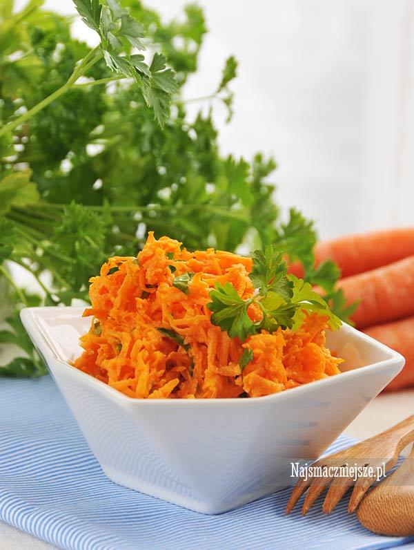 Surówka z marchewki i natką pietruszki