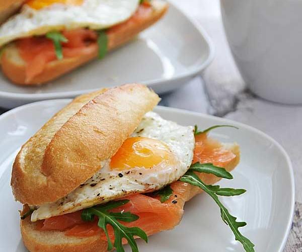 Kanapka z łososiem oraz jajkiem sadzonym