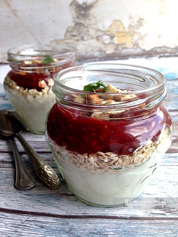 Jogurt z płatkami owsianymi i konfiturą