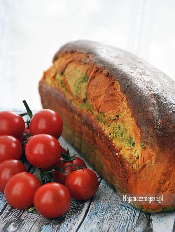 Chleb dyniowy ze szpinakiem i pomidorami